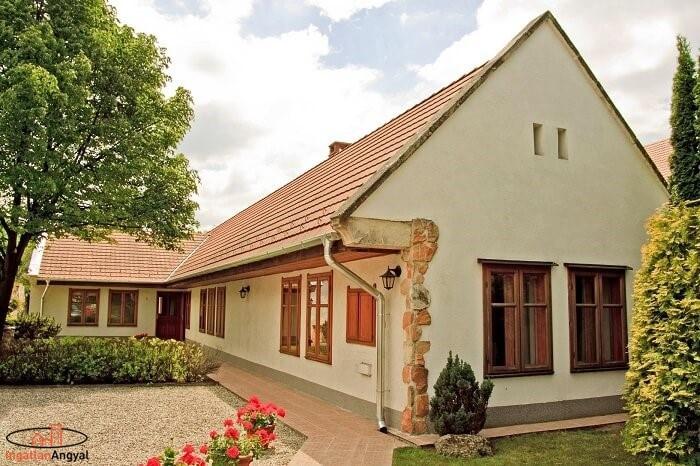 pátyi családi ház a bejárattól
