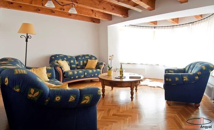 pátyi családi ház nappali ülőgarnitúrával