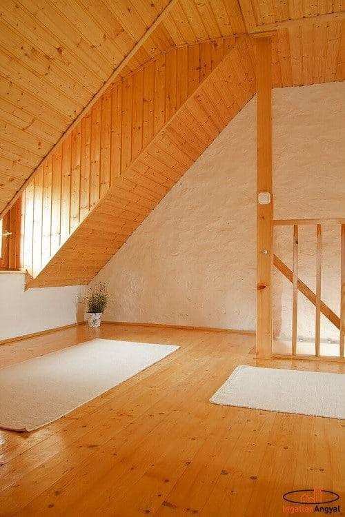 aszófői nyaraló tetőtér, lépcsőfeljáróval