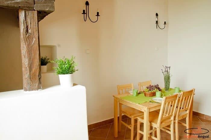 aszófői nyaraló alsó szint étkezőasztallal