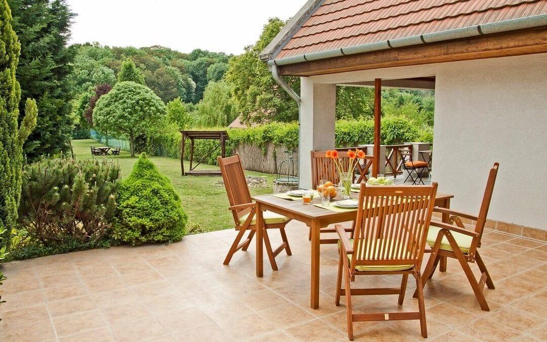 pátyi családi ház hátsó terasz kerti kilátással